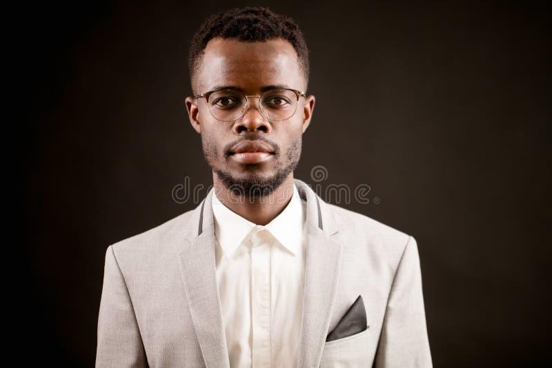 Schließen Sie herauf Porträt des attraktiven unrasierten afrikanischen Mannes stockfotografie