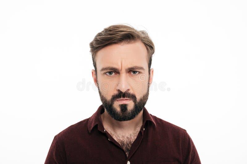 Schließen Sie herauf Porträt des die Stirn runzelnden verärgerten bärtigen Mannes stockbild