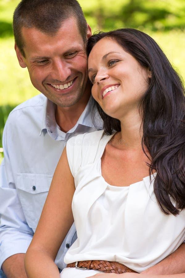 Schließen Sie herauf Porträt des jungen glücklichen Paars lizenzfreie stockfotos