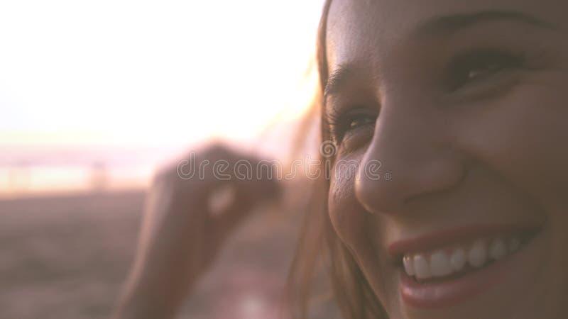 Schließen Sie herauf Porträt des lächelnden glücklichen genießenden erfolgreichen Lebensstils der recht jungen Frau auf schönem S lizenzfreie stockfotografie