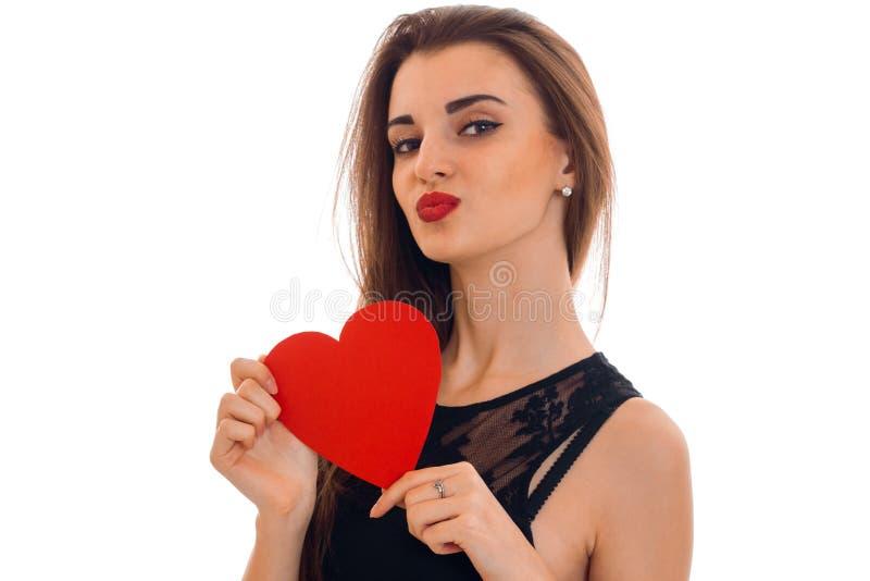 Schließen Sie herauf Porträt des schönen Brunette in der Liebe mit dem roten Herzen, das auf weißem Hintergrund lokalisiert wird  stockfotos