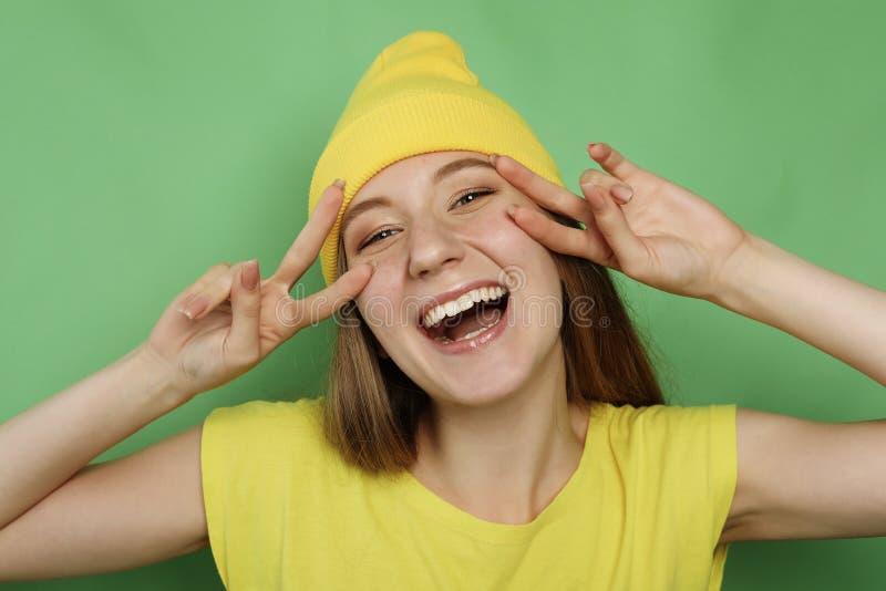 Schließen Sie herauf Porträt des schönen frohen blonden weiblichen Lächelns lizenzfreie stockfotografie