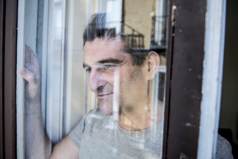 Schließen Sie herauf Porträt des traurigen und deprimierten Mannes 40s, der durch w schaut stockbilder