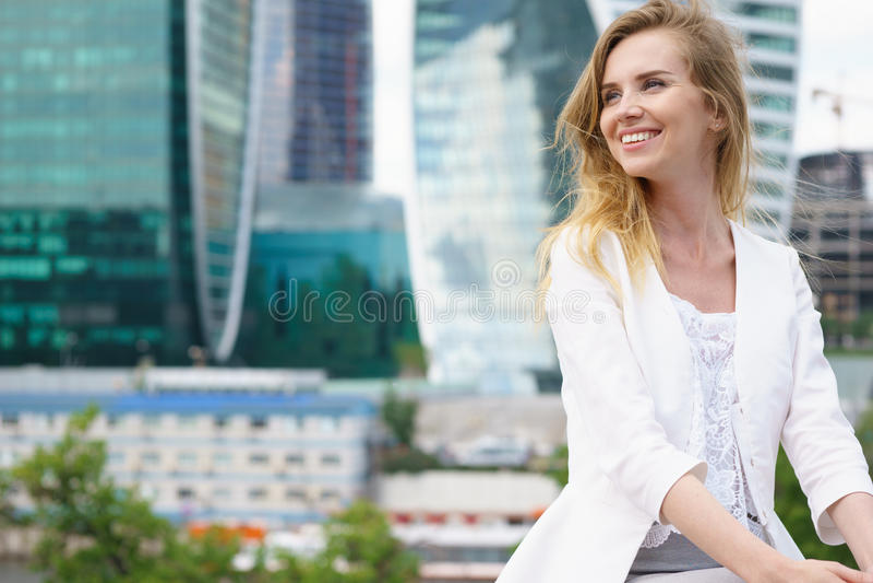Schließen Sie herauf Porträt einer Geschäftsfrau im Freien lizenzfreies stockfoto