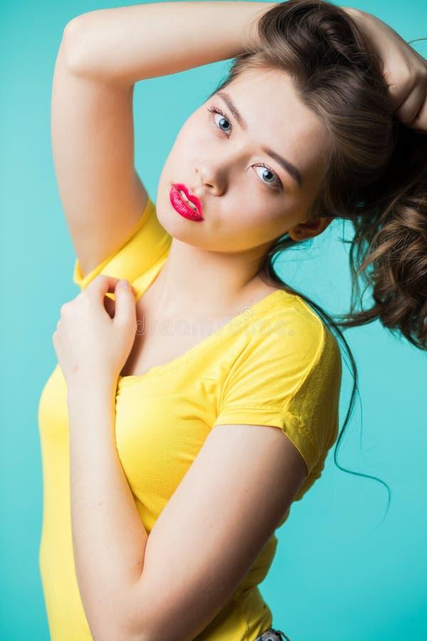 Schließen Sie herauf Porträt einer jungen schönen Brunettefrau, die Kamera betrachtet lizenzfreies stockfoto