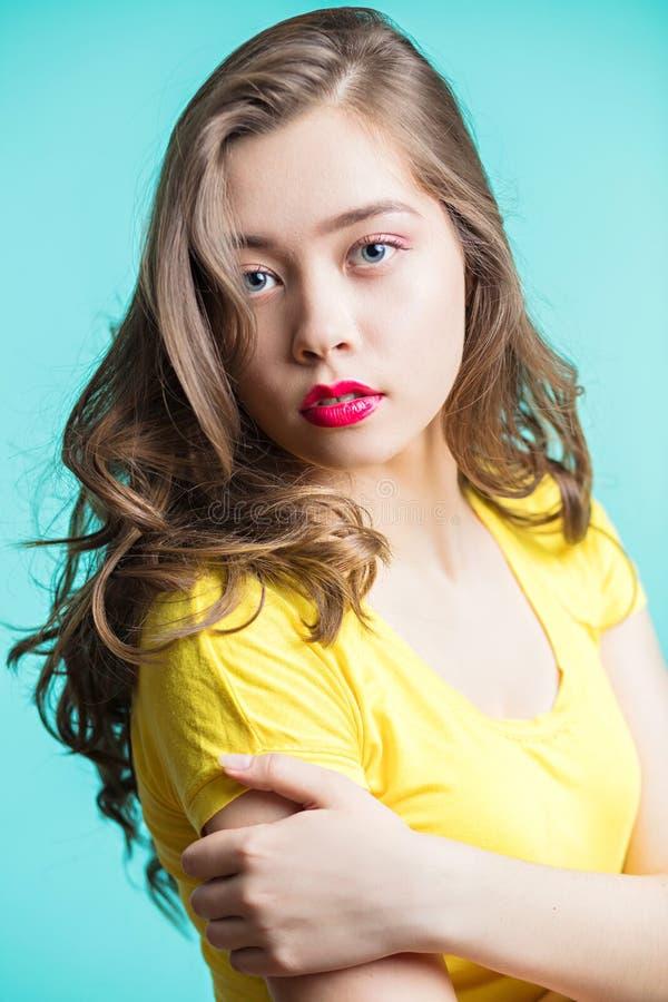 Schließen Sie herauf Porträt einer schönen jungen Frau mit dem gelockten Haar stockbilder