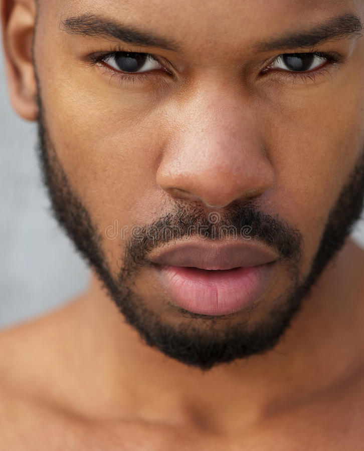 Schließen Sie herauf Porträt eines Afroamerikanermannesmodells stockfotografie