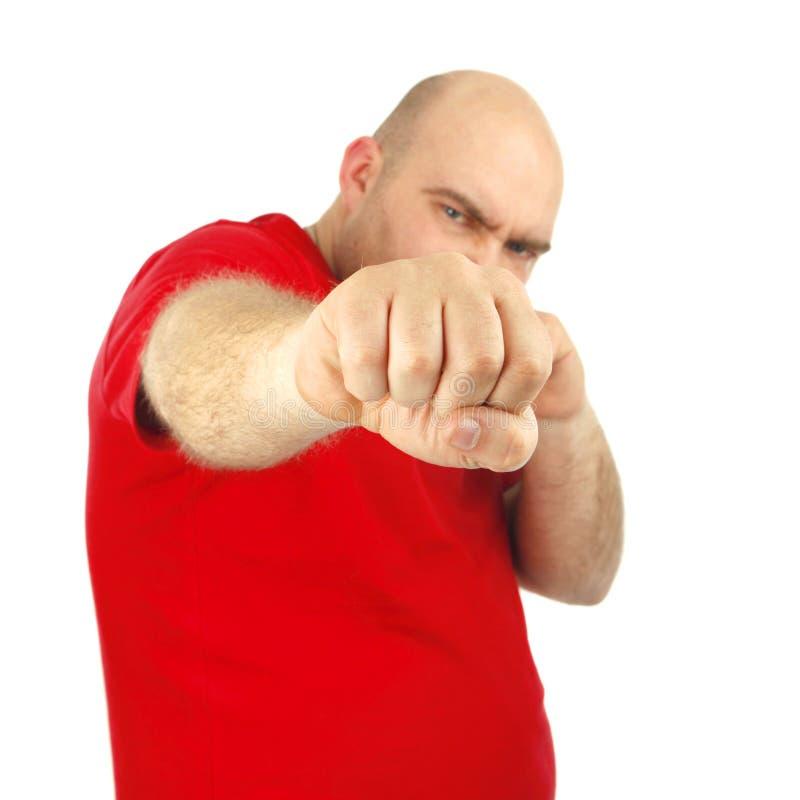 Schließen Sie herauf Porträt eines aggressiven Mannes, der seine Faust zeigt stockfotografie