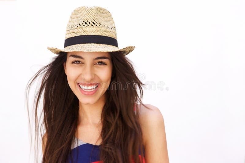 Schließen Sie herauf Porträt eines hispanischen Mädchens, das mit Hut lächelt stockbilder