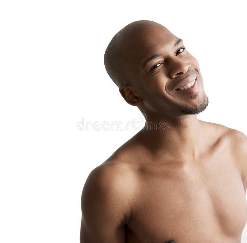 Schließen Sie herauf Porträt eines jungen Lächelns des schwarzen Mannes stockfotos