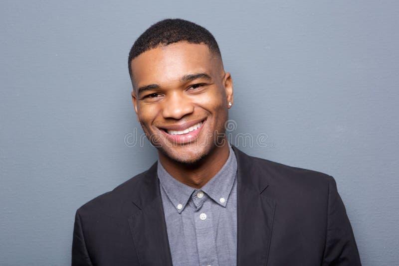 Schließen Sie herauf Porträt eines modernen Lächelns des schwarzen Mannes stockbilder
