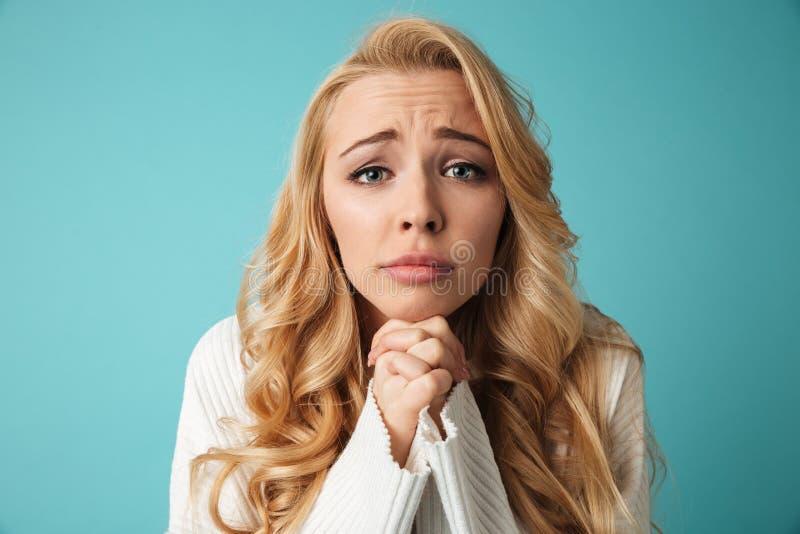 Schließen Sie herauf Porträt eines recht jungen blonden Mädchens lizenzfreie stockfotografie