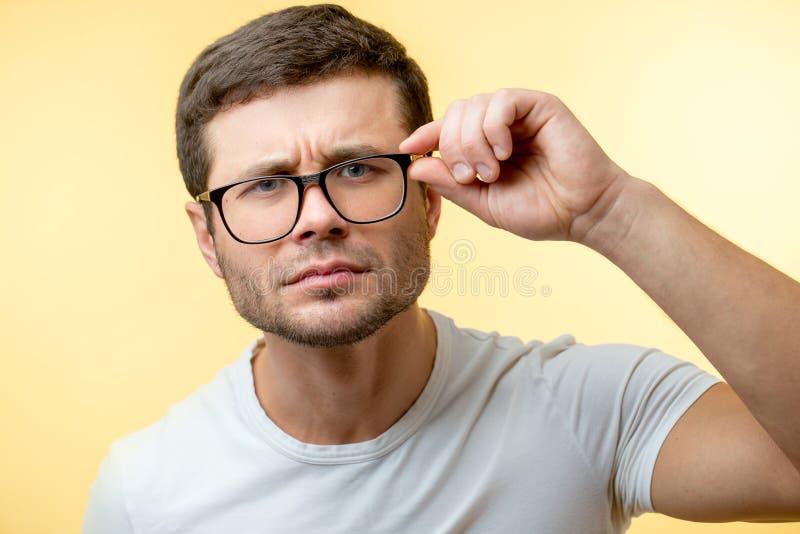 Schließen Sie herauf Porträt eines schielenden Mannes mit Gläsern stockbilder
