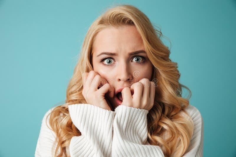 Schließen Sie herauf Porträt entsetzten jungen Blondine stockfoto