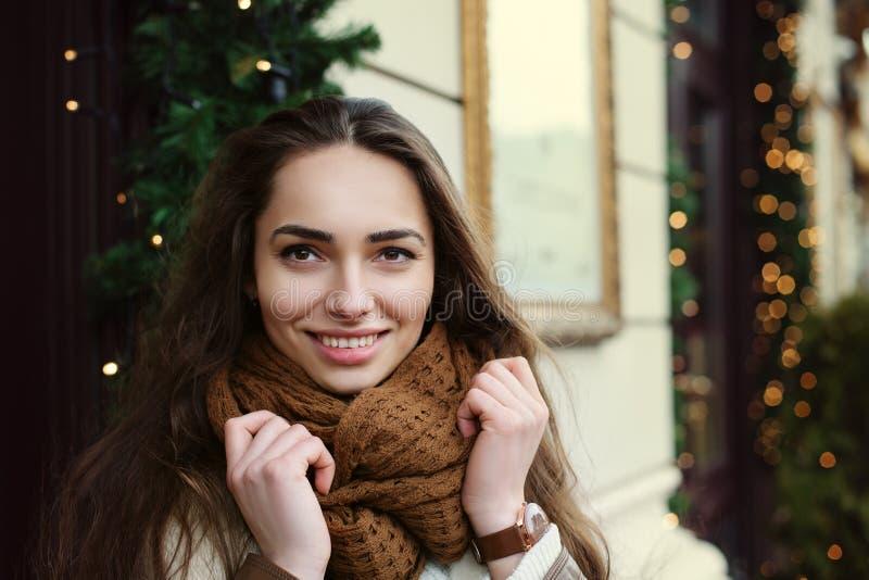 Schließen Sie herauf Porträt junger schöner moderner Dame, welche die stilvolle Kleidung trägt, die auf der Straße aufwirft Vorbi stockbild