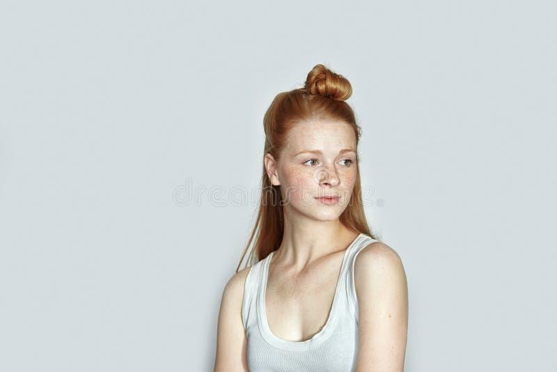 Schließen Sie herauf Porträt junger schöner Rothaarigeanfänger-Modelldame in weißes T-Shirt übender Aufstellung, Gefühle auf weiß stockfoto