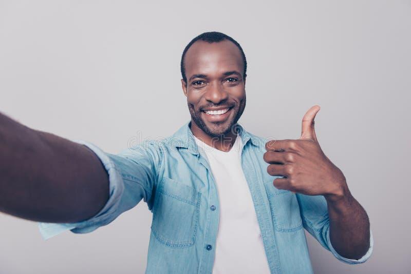 Schließen Sie herauf Porträt netten aufgeregten erfüllten frohen überzeugten g stockfoto