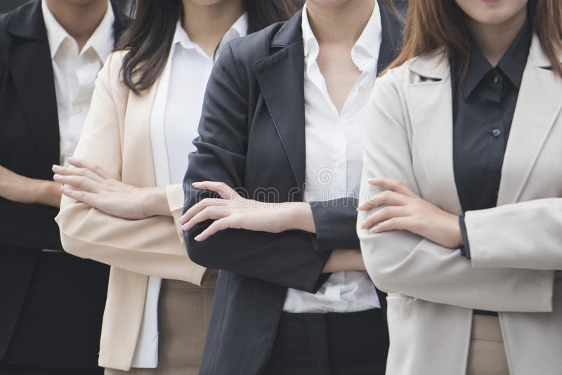 Schließen Sie herauf Porträt von netten Geschäftsfrauen mit Arme gefalteter Stellung herein stockfotos