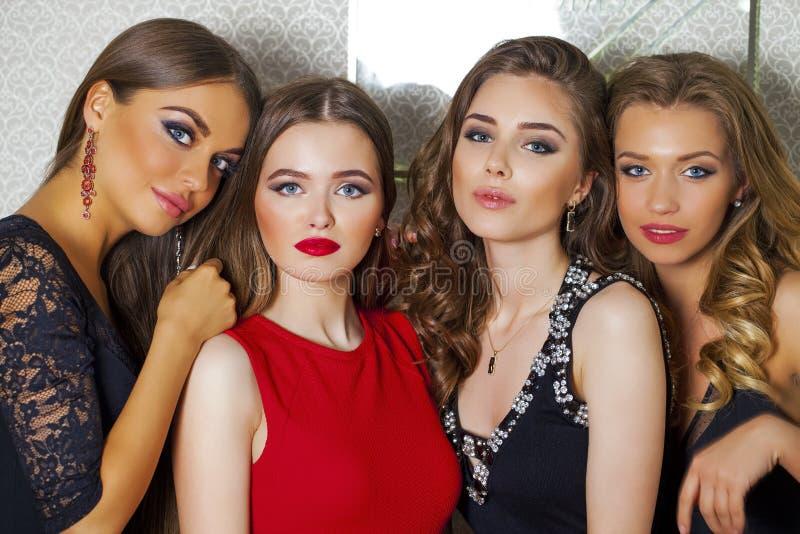 Schließen Sie herauf Porträt von vier schönen bezaubernden Modellen im Studio lizenzfreie stockfotos