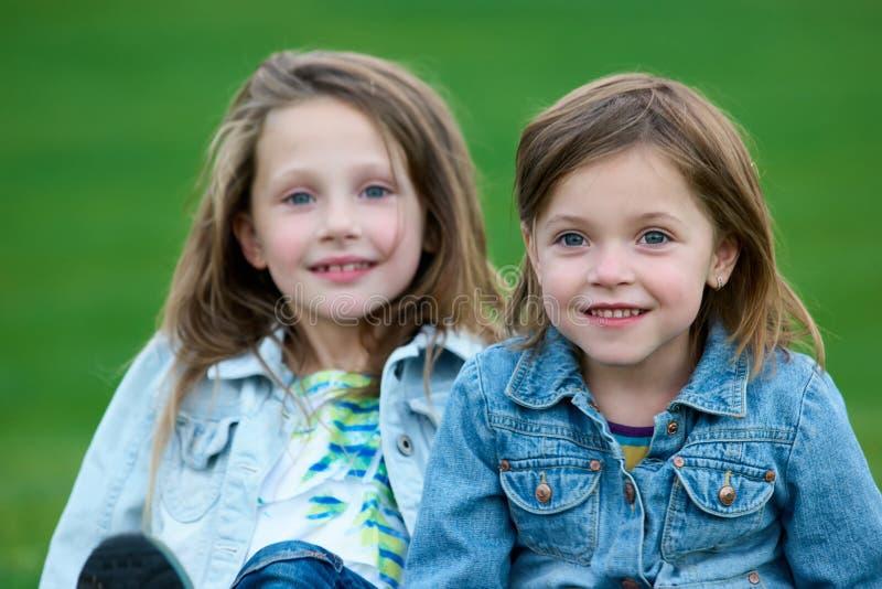 Schließen Sie herauf Porträt von zwei kleinen Schwestern lizenzfreies stockbild