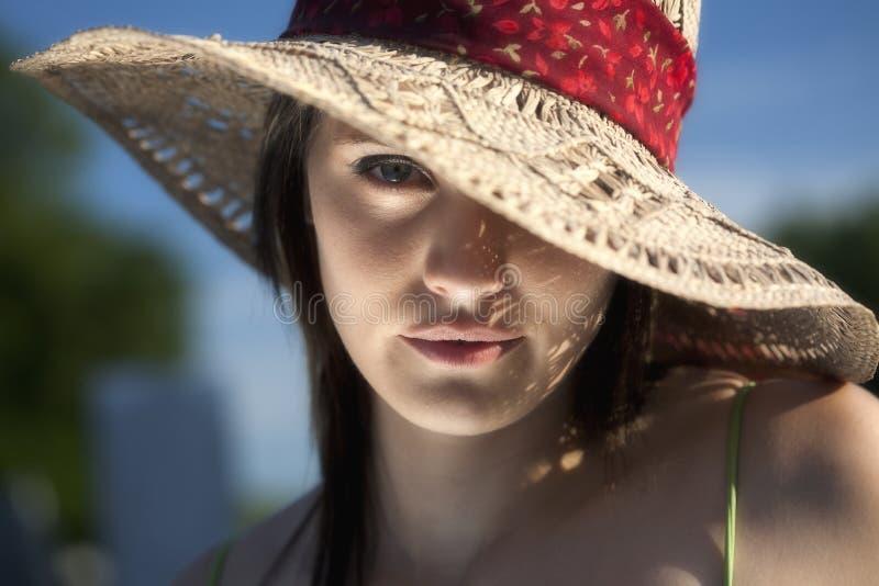 Schließen Sie herauf Portrait der reizvollen jungen Frau im Sun-Hut stockbilder