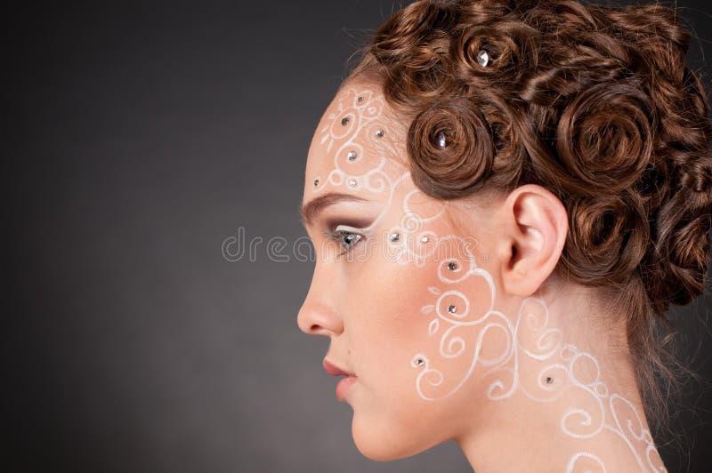 Schließen Sie herauf Portrait des schönen Mädchens mit Gesichtskunst lizenzfreies stockbild