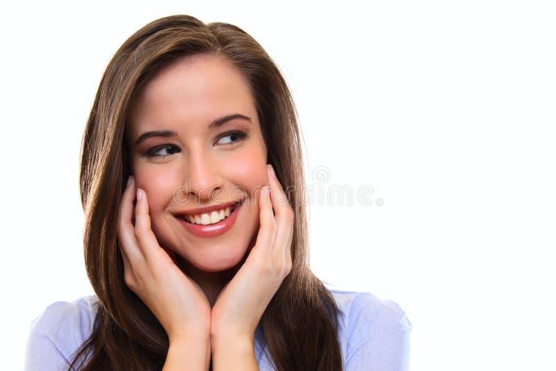 Schließen Sie herauf Portrait einer glücklichen jungen Brunettefrau lizenzfreie stockbilder