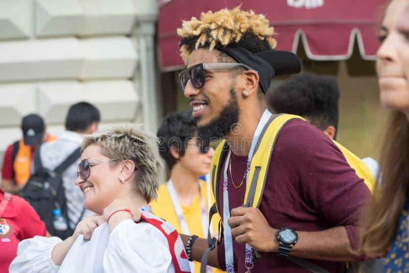 Schließen Sie herauf Profilporträt von den glücklichen lächelnden Sportfreunden, die auf die Straße in Moskau gehen lizenzfreie stockbilder