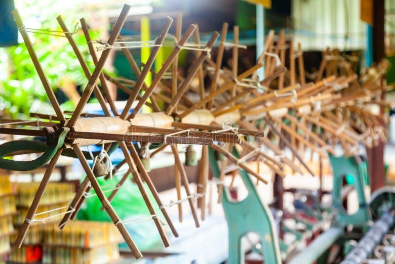 Schließen Sie herauf Rad-spinnendes Garn des Threads, um für spinnendes machi zu arbeiten stockbilder