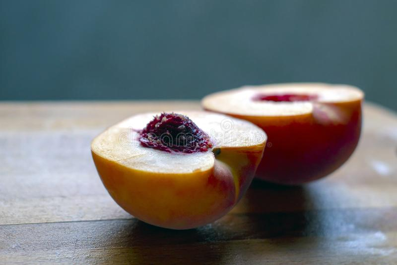 Schließen Sie herauf reife saftige selbst gemachte Pfirsiche auf einem Holztisch stockbilder