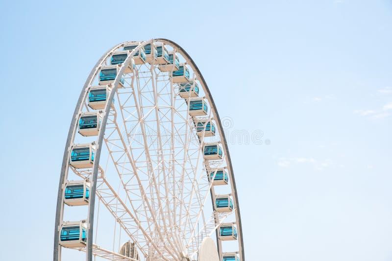 Schließen Sie herauf Riesen Ferris Wheel in Hong Kong nahe Victoria Harbor lizenzfreie stockfotografie
