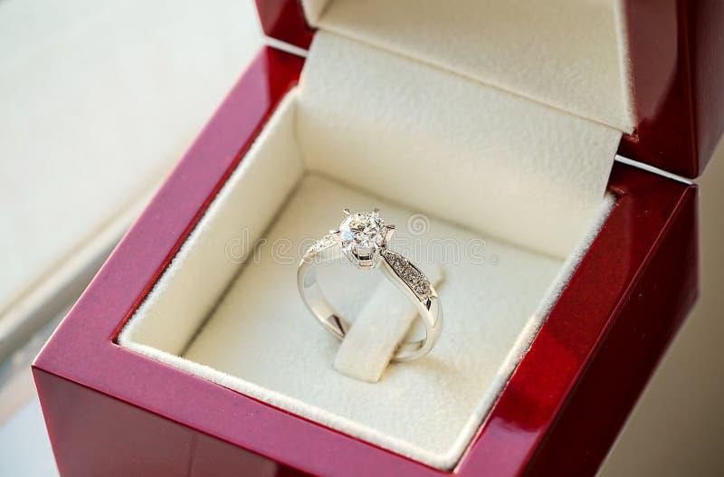 Schließen Sie herauf Ring der diamantenen Hochzeit im Luxuskasten stockbild