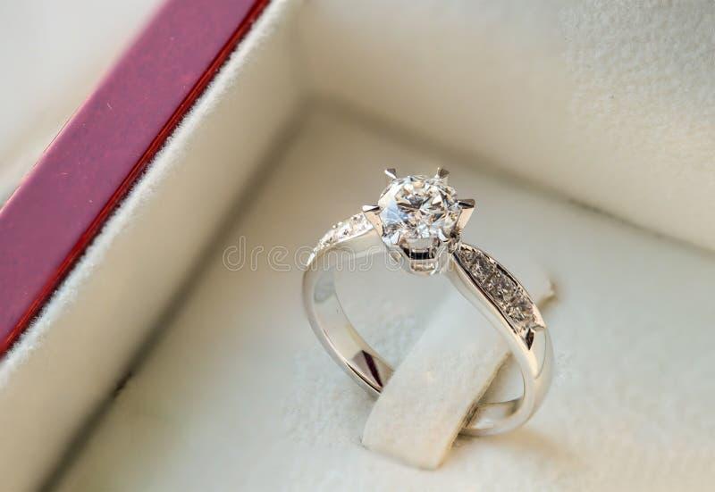 Schließen Sie herauf Ring der diamantenen Hochzeit im Luxuskasten stockfotos