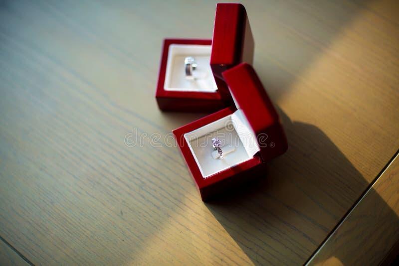 Schließen Sie herauf Ring der diamantenen Hochzeit im Luxuskasten lizenzfreie stockbilder