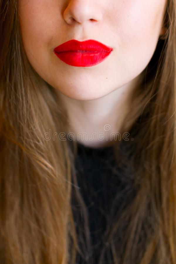 Schließen Sie herauf rote Lippen des jungen Mädchens stockbilder