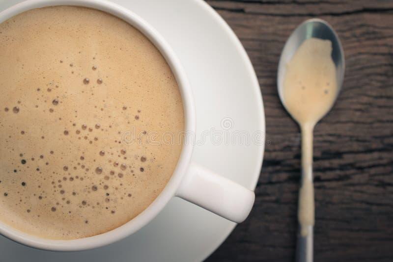 schließen Sie herauf Schale Cappuccino auf dem Retro- Holztisch, Cappuccino lizenzfreie stockfotografie