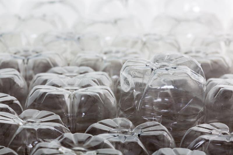 Schließen Sie herauf schiefen Winkel von leeren Plastikflaschen stockfotografie