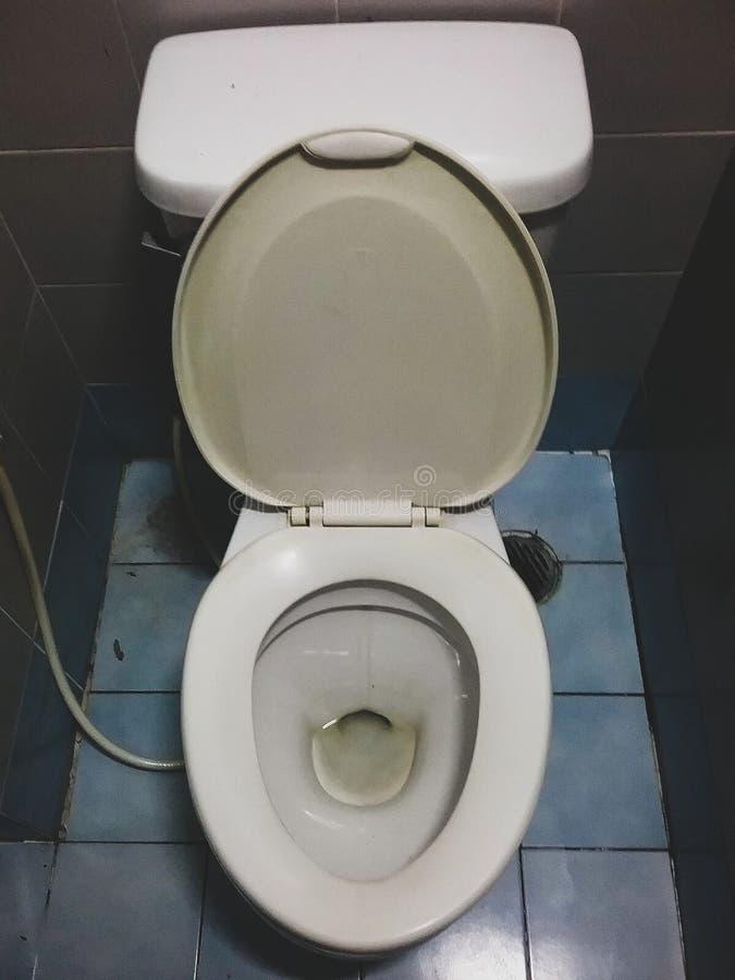 Schließen Sie herauf schmutzige Spültoilette im Haus lizenzfreies stockfoto
