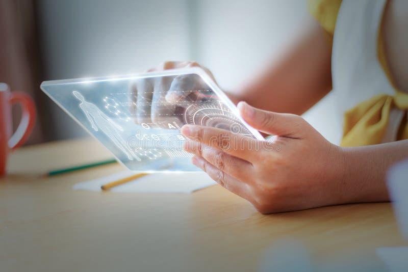 Schließen Sie herauf Schuss Asiatin, die klare Tablette für futuristisches cybe verwendet stockbilder