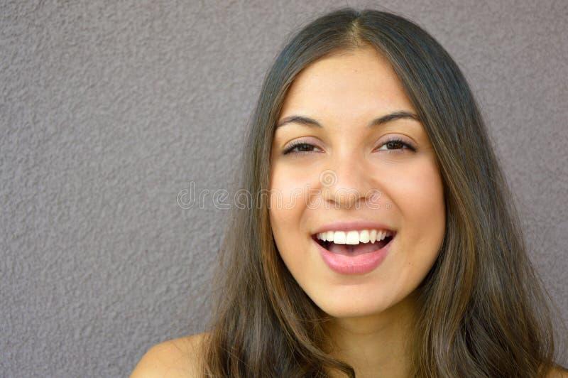 Schließen Sie herauf Schuss der stilvollen jungen Frau, die gegen violetten Hintergrund lächelt Schönes weibliches Modell mit Kop lizenzfreies stockfoto