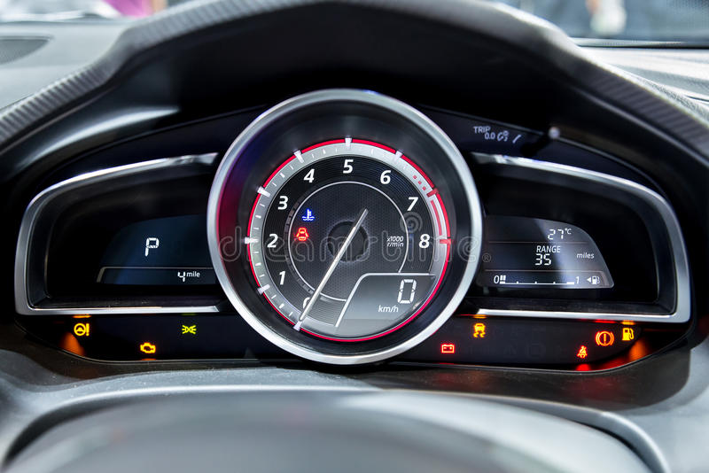 Schließen Sie herauf Schuss des modernen Geschwindigkeitsmessers in einem Auto stockbilder