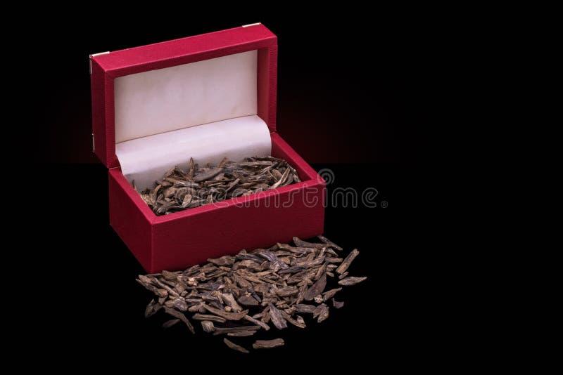 Schließen Sie herauf Schuss von Räucherstäbchen und von Chips Of Agar Wood Or Agarwo stockfotografie
