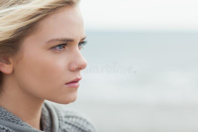 Schließen Sie herauf Seitenansicht der ernsten netten Frau auf Strand stockfotos