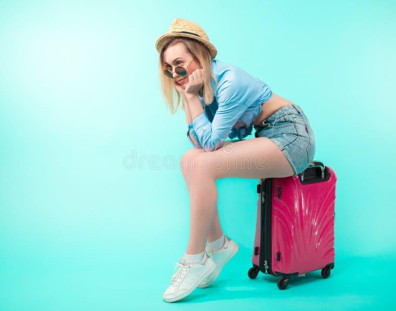 Schließen Sie herauf Seitenansichtfoto des jungen angenehmen blonden Mädchens, das auf den Zug wartet lizenzfreie stockbilder