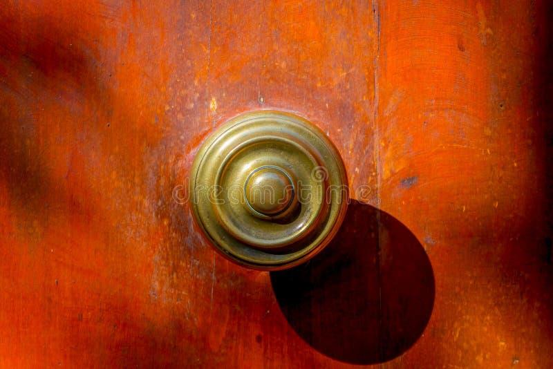 Schließen Sie herauf selektiven Fokus der metallischen Struktur in einer Holztür, die im Barrio Yungay in Santiago, Kapital von g stockfoto