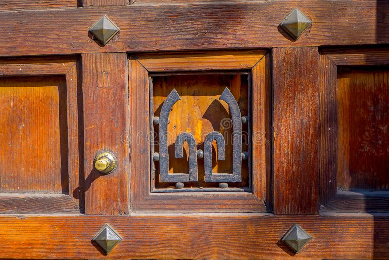Schließen Sie herauf selektiven Fokus der metallischen Struktur in einer Holztür, die im Barrio Yungay in Santiago, Kapital von g lizenzfreies stockfoto