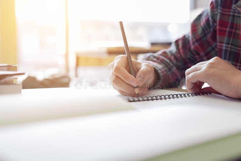Schließen Sie herauf Studentenhandschrift auf Papier mit einem Bleistift, der ein te nimmt lizenzfreies stockfoto