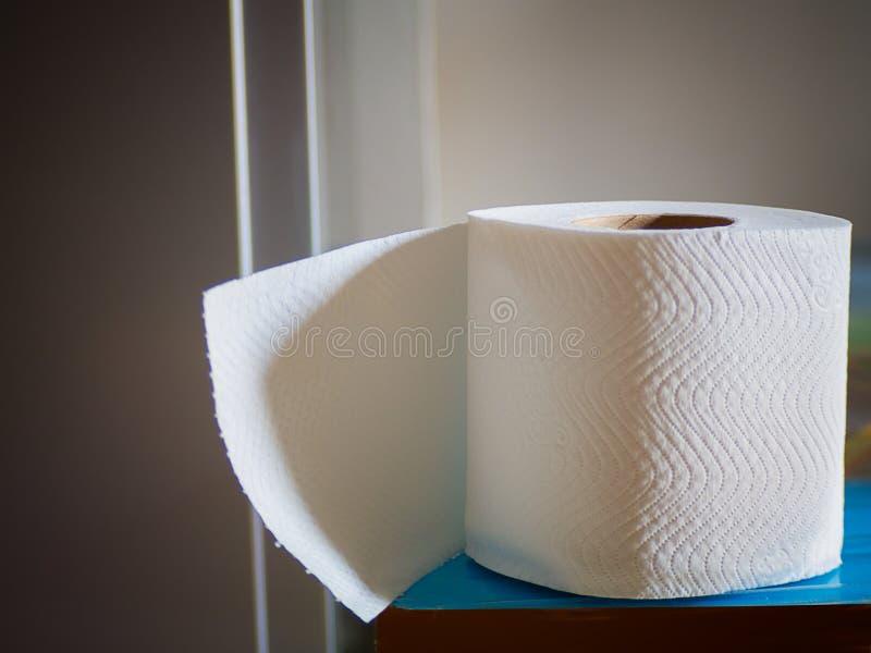 Schließen Sie herauf Toilettenpapier auf hölzernem Hintergrund lizenzfreies stockfoto