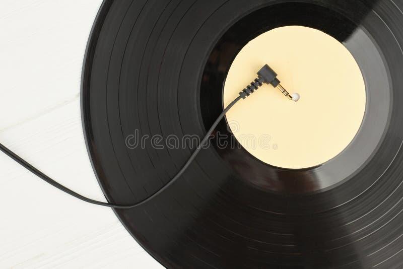 Schließen Sie herauf Vinylaufzeichnung und -kabel von den Kopfhörern stockbilder