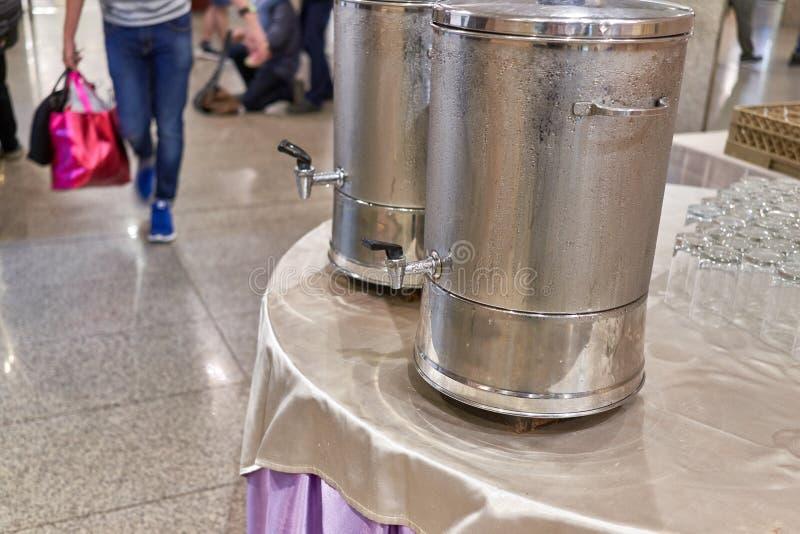 Schließen Sie herauf Wassertropfen auf Edelstahlkühlvorrichtung bei der Sitzung lizenzfreies stockbild